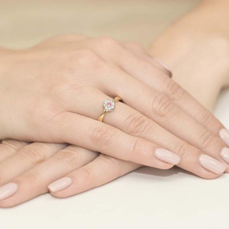 Złoty pierścionek z rubinem
