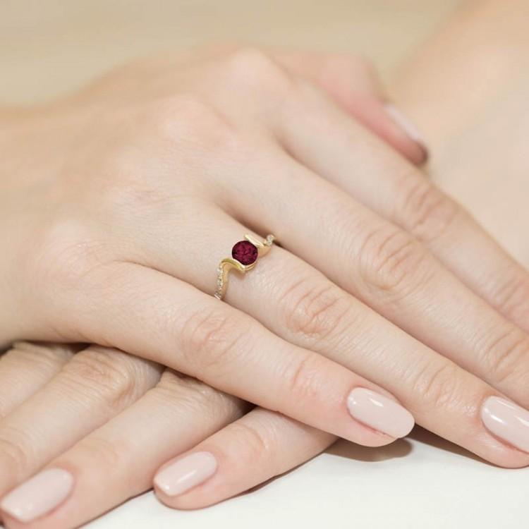 Pierścionek zaręczynowy z białego złota z granatem
