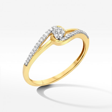 Złoty pierścionek z brylantowym kwiatem